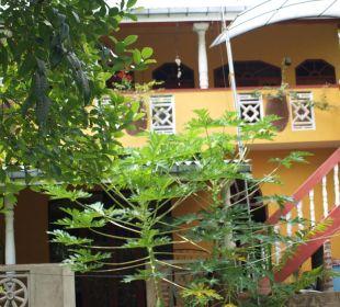 Bild aus dem Garten zur Veranda der Villa