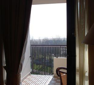 Ausblick vom Zimmer auf die Gartenanlage und Meer