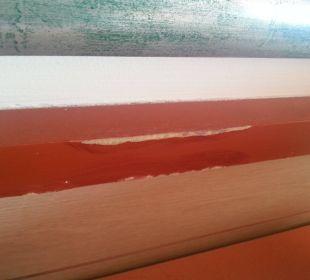 Abgeplatzte Farbe an der Wandverkleidung H·TOP Calella Palace