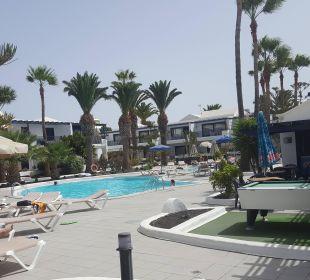 Poolbereich mit ausreichend Liegen und viel Grün Bungalows & Appartements Playamar