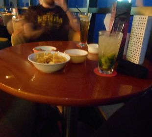 Snacks zu den Drinks Hotel Le Meridien Al Aqah Beach Resort