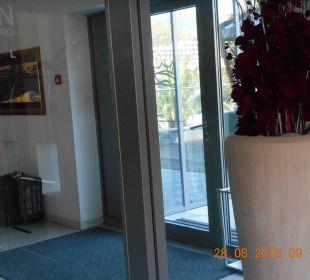 Eingang Hotel Queen of Montenegro