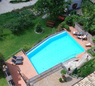 Blick vom Zimmer auf den Pool