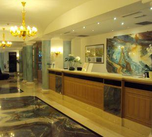 Hotel-Lobby mit Rezeption