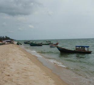 Fischerboote neben dem Hotelstrand