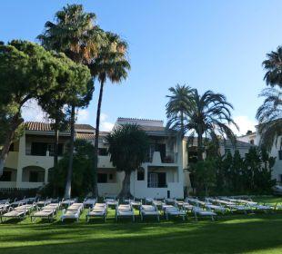 Liegen vor gr. Pool Hotel BlueBay Banús