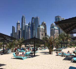 Strandliegen mit Blick auf das Hochhaus-Panorama Le Royal Méridien Beach Resort & Spa Dubai