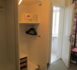 Beleuchteter Einbauschrank mit Safe und Badeingang Hotel Erzherzog Rainer
