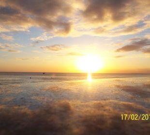 Der tägliche Sonnenuntergang am Strand