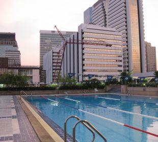 Der Pool auf dem Nachbargebäude Hotel Glow Trinity Silom