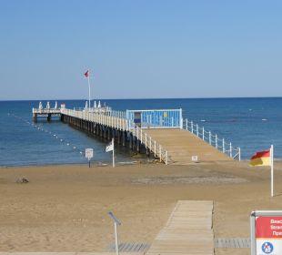 Hoteleigener Steg mit Liegen und Sonnenschirmen SENTIDO Perissia