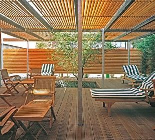 Terrasse mit Liegen Relexa Hotel Ratingen City