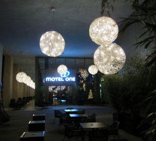 Eingangsbereich am Abend Motel One Dresden am Zwinger