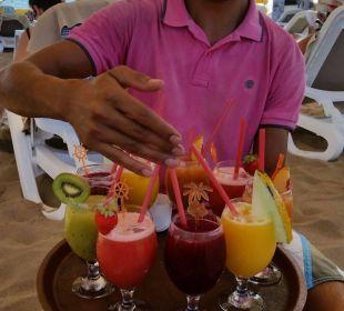 Bedienung mit frisch gepressten Drinks Hotel Seamelia Beach Resort