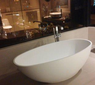 Badezimmer mit toller Badewanne Carlton Hotel Singapore