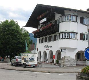 Links vom Hotel gehts zum Biergarten Hotel Bellevue