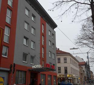 Hotel von der andern Straßenseite aus gesehen Senator Hotel