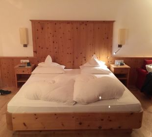 Sehr schönes Bett Kronplatz-Resort Berghotel Zirm