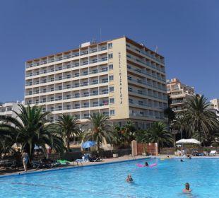 Blick vom Pool aufs Hotel