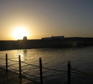 Blick vom Steg zur Tauchbasis bei Sonnenuntergang