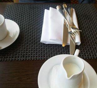 """""""Eingedeckter Tisch"""" Hotel Palace Berlin"""