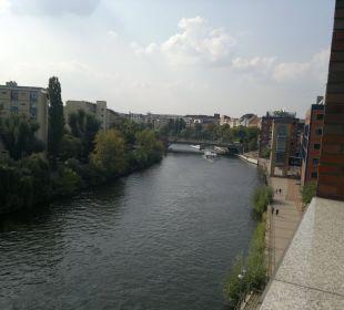 Ausblick  in die anderen Richtung auf die Ameron Hotel Abion Spreebogen Waterside Berlin