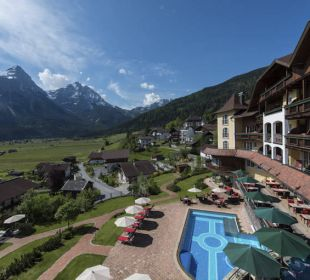 Sommer-Pool mit Sonnenspitze Hotel Post Lermoos