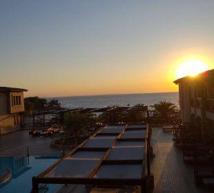 Bolick von den oberen Zimmern auf den Pool Anthemus Sea Beach Hotel & Spa