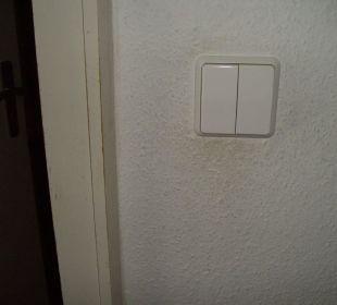 So dreckig war die Wand in unserem Zimmer Aktivhotel & Gasthof Schmelz