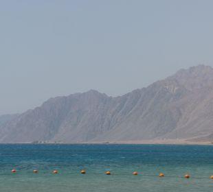 Sicht zur Bergwelt vom Strand Jaz Dahabeya