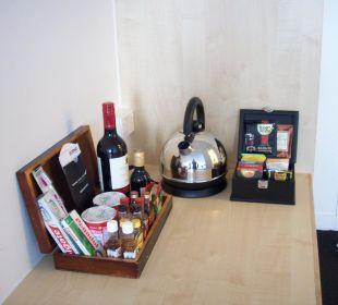 Links die Minibar- rechts der Tee/Kaffee