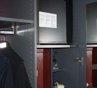 Schrank mit Safe und Kühlschrank Best Western HOTELBERN