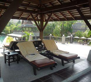 Liegen am großen Pool Hotel Mukdara Beach Villa & Spa Resort