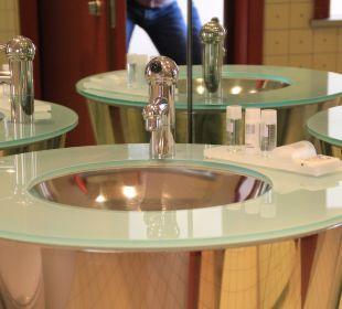 Verspiegeltes Bad mit Chrom-Waschbecken art'otel dresden