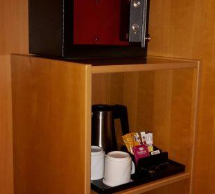 Safe und Wasserkocher im Schrank Hotel Holiday Inn Hamburg