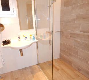 Bad in einem behindertengerechten Zimmer JS Hotel Sol de Alcudia