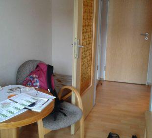 Kleiner Tisch und WLAN inklusiv  Hotel Bockelmann