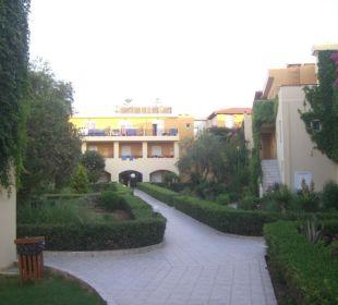 Weg Richtung Haupthaus Vantaris Beach Hotel