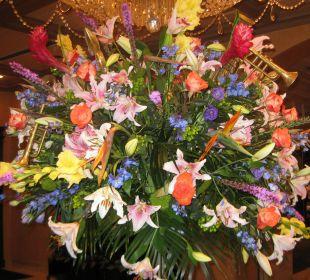 Echte Rieseblumensträusse in der Lobby Hotel Royal Sonesta New Orleans