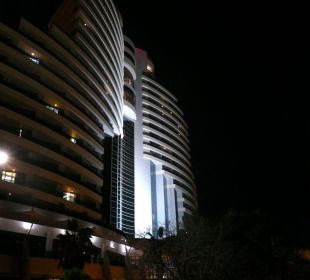 Nachtansicht Hotel Le Meridien Al Aqah Beach Resort