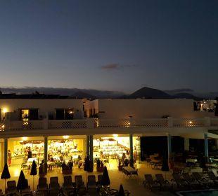 Außenansicht am Abend Hotel Las Costas