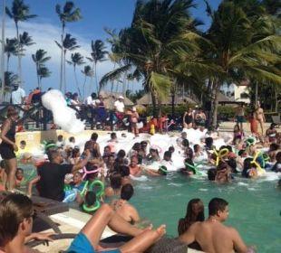 Hauptpool mit täglicher Party Now Larimar Punta Cana