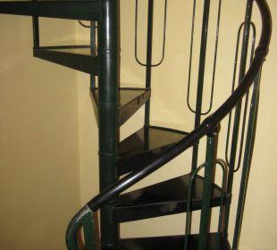 Treppe ist sehr eng und renovierungsbedürftig Hotel Cosimo de Medici