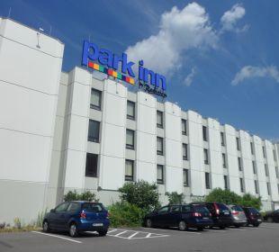 Hotel vom Parkplatz aus Park Inn by Radisson Hamburg Nord
