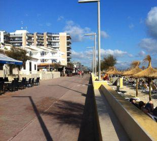 Blick auf die Strandpromenade vor dem Hitel JS Hotel Miramar