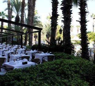 Viele Tische im Außenbereich Hotel Aqua