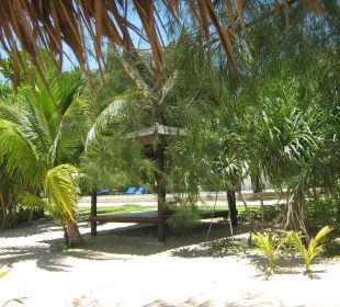 Blick vom Strand in den Garten C&N Kho Khao Beach Resort