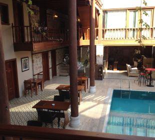 Pool und Tische Restaurant aussen Mediterra Art Hotel