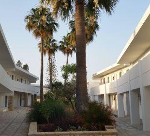 Weg zum Zimmer mit Gartenblick Hotel Nissi Beach Resort