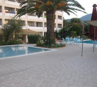 Aug 16 -Kinderbecken links - Rechts Süßwasserpool Hotel Elea Beach